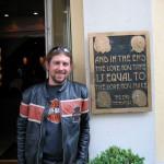 Manuel vorm Hard Rock Cafe in München