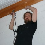 Manuel beim Renovieren im Dachgeschoss