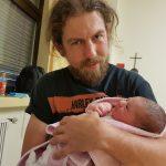 Unsere Tochter Sarah auf den Händen des stolzen Papa Manuel.